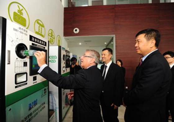 Secretary Cai Qi and Mayor Chen Jining watched the recycling machine.